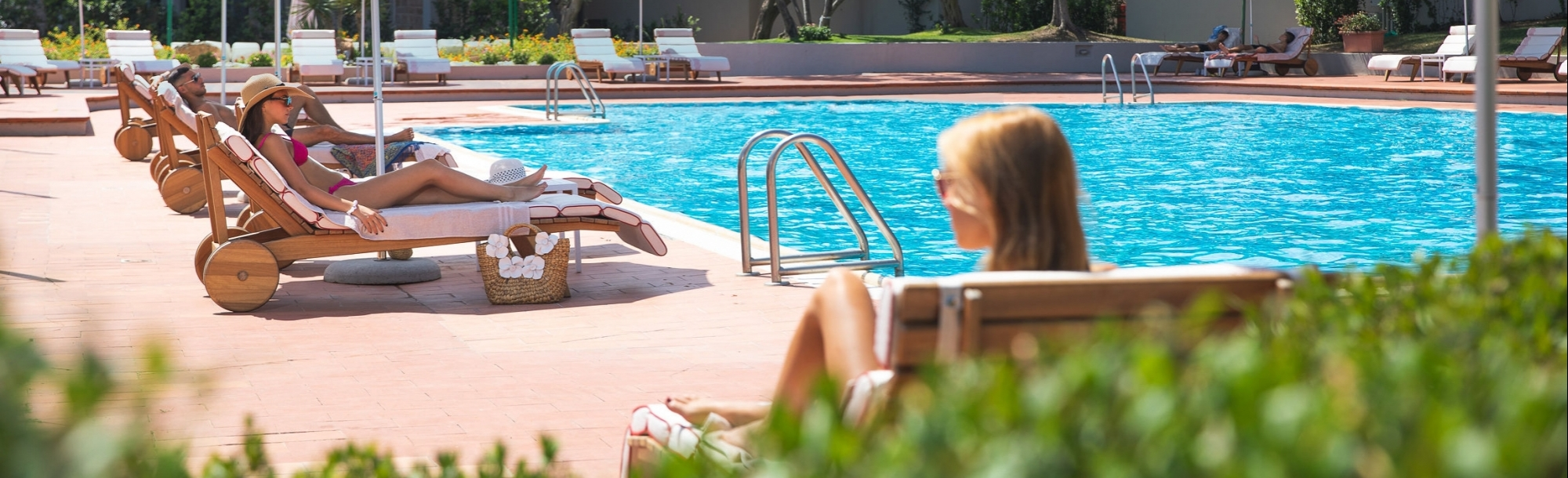 Persone in relax a bordo piscina