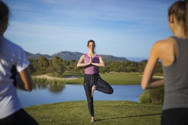Yoga a Is Molas - posizione dell'albero