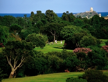 Campo da golf con vista su torre di Nora