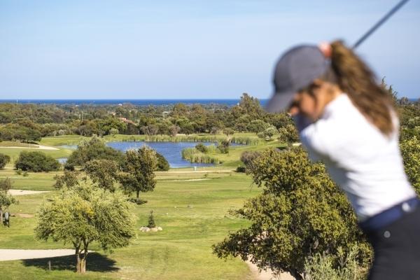 Donna gioca a golf a Is Molas
