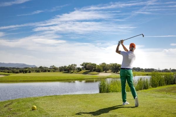 Lancio su lago campo golf Is Molas