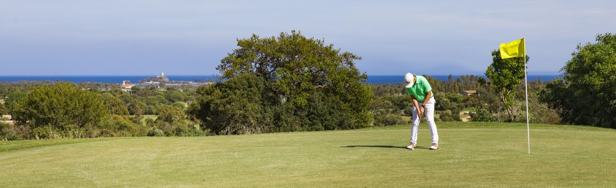 Uomo su campo da golf vista mare