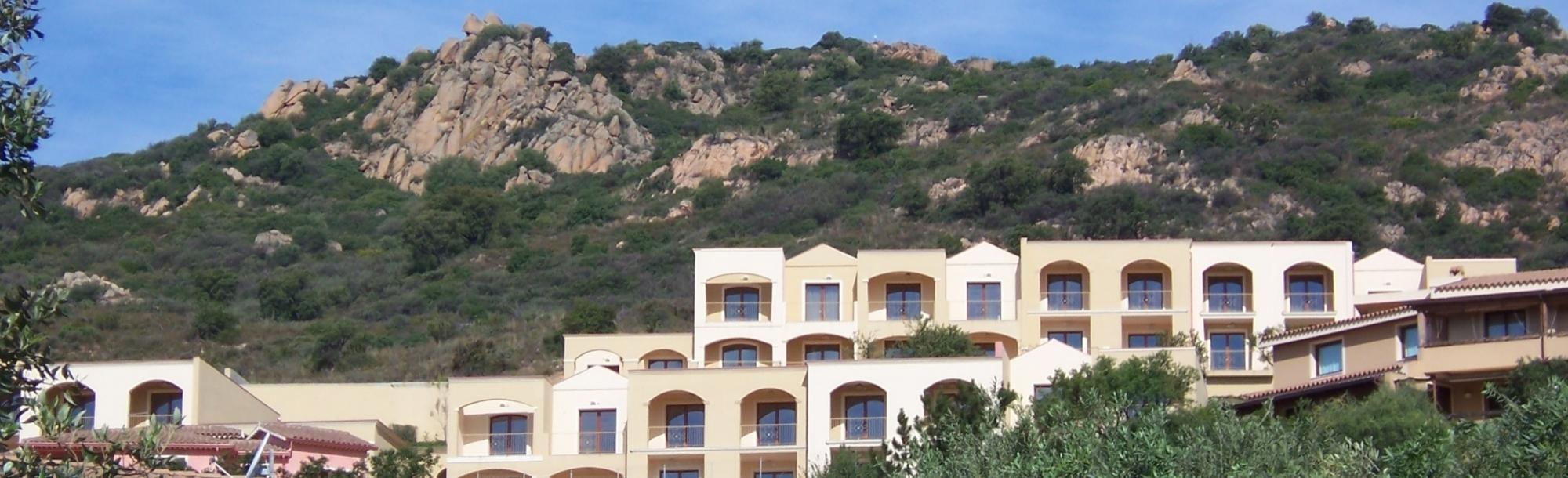 Facciata del Residence e panorama montagne