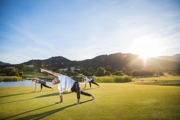 Pratica di yoga a Is Molas - 3