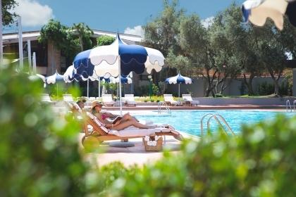 Bordo piscina La 19 Pool Club Is Molas