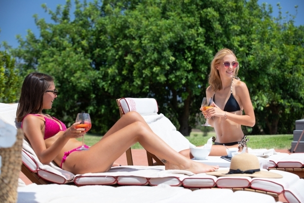 Relax in piscina a La 19 Pool Club