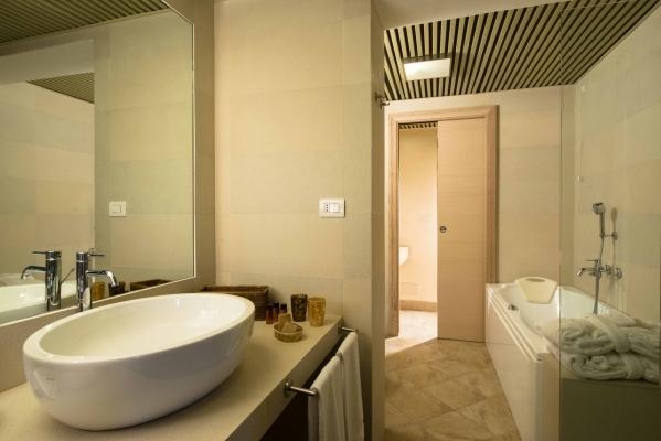 Bagno con vasca della Suite
